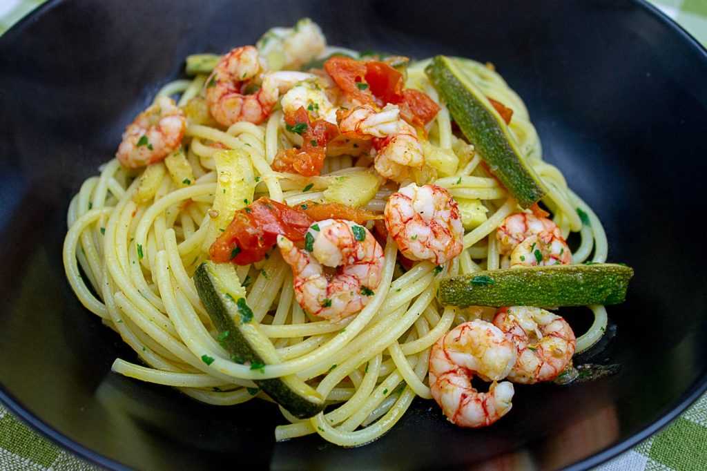 Spaghetti_zucchine_e_gamberetti_vedichetimangi.it (13)